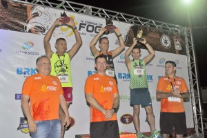 Organizadores e os campeões celebram a vitória na Corrida do Fogo