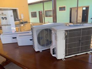 Foram entregues um ar-condicionado, bebedouro e um computador