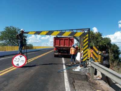 Ageto reinstala pórticos delimitadores na duas entradas da ponte na TO-255, em Porto Nacional.