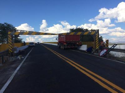 Ageto reinstala pórticos delimitadores na duas entradas da ponte na TO-255, em Porto Nacional. Caçamba a serviço da instalação.