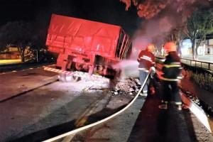 Bombeiros Militares fazem rescaldo em caminhão atingido pelo fogo