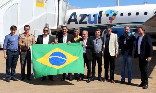 Autoridades e representantes da Azul comemoraram novo voo