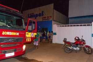 Corpo de Bombeiros durante ação de combate a incêndio na região norte de Palmas