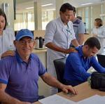 Médico e segurado Reynaldo Teles recebendo os cuidados dos estudantes de fisioterapia, em comemoração ao Dia do Servidor Público Aposentado
