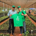 O secretário Renato Jayme (esq.) e o presidente da ONG 8 Billion Trees, Jon Chambers, em visita ao viveiro do Parque Estadual do Lajeado