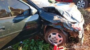 Carro envolvido no acidente ficou com a frente danificada com a batida