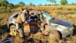 Um dos veículos ficou com a lateral danificada após a batida