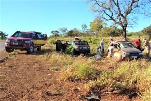 Carros envolvidos em acidente pararam à beira da rodovia estadual