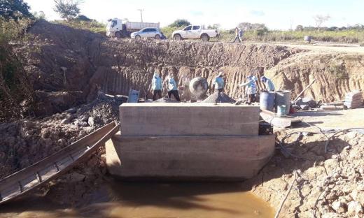 Estão sendo construídos seis bueiros e uma ponte na região