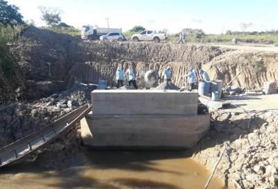 Estão sendo construídos seis bueiros e uma ponte na região.