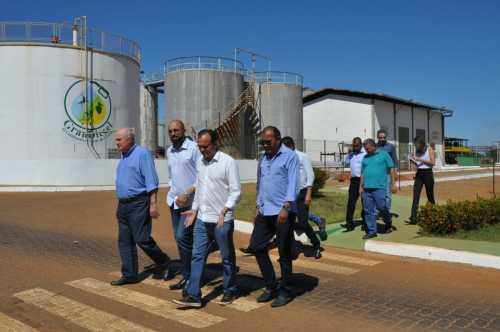 Secretário Ridoval, acompanhado do prefeito, conhece as instalações da Granol