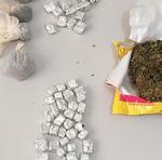 Várias porções de drogas apreendidas pela Polícia Civil durante operação Jagunço