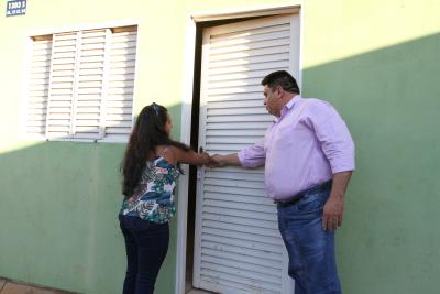 Antônia Gonçalves Rodrigues abre a porta de sua nova residência pela primeira vez.