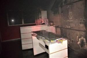 Loja ficou parcialmente destruída pelas chamas