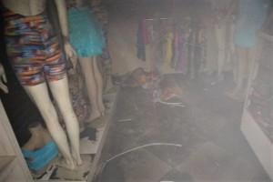 Roupas expostas foram danificadas pelas chamas e fumaça