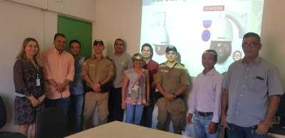 Cap Ferreira e membros do Conseg de Formoso do Araguaia reunidos durante apresentação dos equipamentos