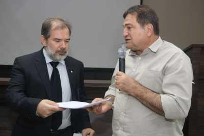 Secretário César Halum entrega documento  ao Procurador da República, Álvaro Manzano