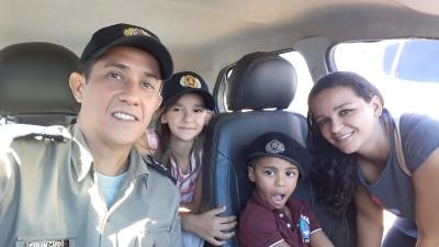 Foto 01 - Davi Miguel, mãe e irmã conhecem interior da viatura policial_400.jpg