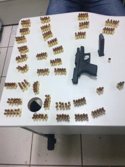 Foto 02 – Arma e munições, após contabilizadas, sendo entregues na delegacia.jpeg