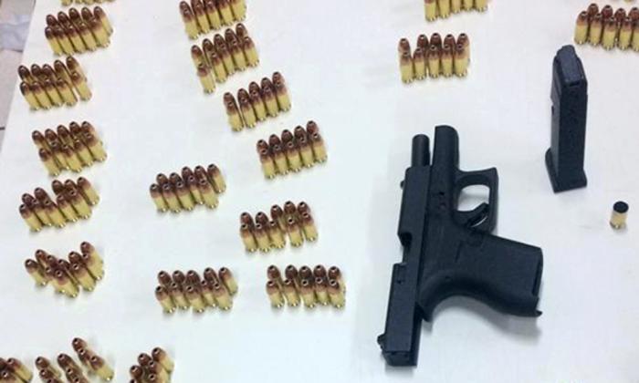 Arma e munições, após contabilizadas, sendo entregues na delegacia