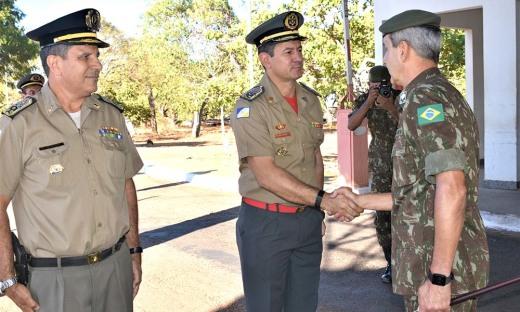 Os coronéis Jaizon e Leandro recepcionam o general Marco Aurélio no QCG da Polícia Militar