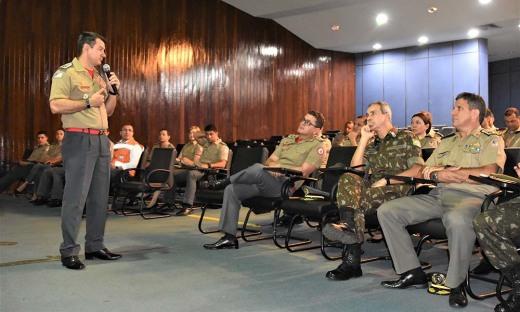 O coronel Leandro em sua apresentação ao general Marco Aurélio