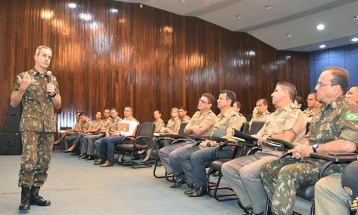O general Marco Aurélio durante sua visita aos comandos do Corpo de Bombeiros Militar e Polícia Militar