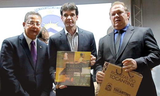 Tom Lyra, Marcelo Álvaro e o governador Mauro Carlesse, durante lançamento do Investe Turismo