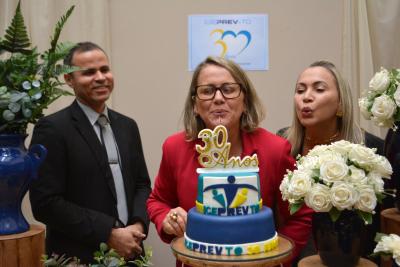 Servidora pioneira do Igeprev-TO, o presidente do Instituto Sharlles Fernando e a Vice-presidente Ana Claudia apagando a velinha dos 30 anos.