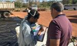 Produtor rural entrega embalagens vazias de agrotóxicos durante realização do projeto de RI