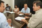 Secretário César Halum e representante da empresa assinam  contrato