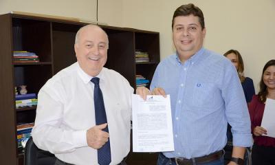 Secretário com o proprietário da Fazendão Indústria de Mineração Volney que vai ser beneficiado pelo Proindústria