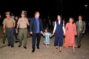 O comandante-geral, coronel Leandro (E), acompanha o governador Mauro Carlesse na cerimônia de 10 anos do CPM
