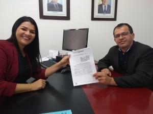 Presidente da Jucetins, Thais Coelho, e secretário-chefe da CGE, Senivan Almeida, assinam Termo de Cooperação Técnica