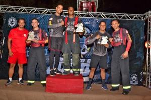 Os campeões da categoria geral sendo premiados ao final do Bombeiro de Aço