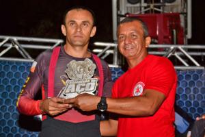 Capitão Lopes (E) recebe o troféu das mãos do tenente-coronel Filho