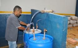 O técnico Reginaldo Novais apresenta o biodigestor para os alunos