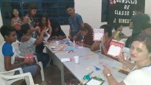 FOTO 10  - Com entusiasmo os alunos mostram suas habilidades com o trabalho artesanal e disposição para aprender técnicas de reaproveitamento_Crédito Divulgação-Naturatins.jpeg