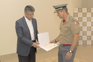 Coronel Leandro entrega certidão ao Bispo Edson Gaspar