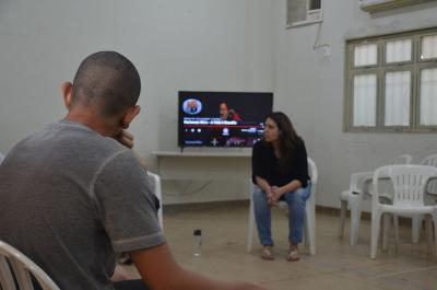 A roda de conversa foi mediada por uma psicóloga que tratou sobre a valorização da vida com os jovens