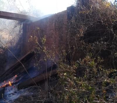Desvio foi construído para possibilitar o tráfego após ponte ter sido incendiada