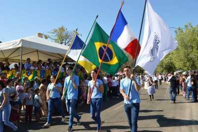 Os desfiles cívicos reuniram pais e comunidade para celebrar a independência do Brasil