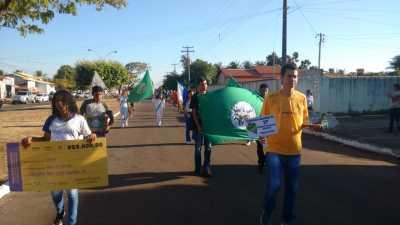 No desfile de Figueirópolis, a unidade escolar organizou um grupo para retratar a conquista do professor Weliton de Freitas Silva no 11° Prêmio Professores do Brasil, em 2018