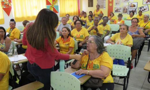 Interatividade com o público idoso durante palestra