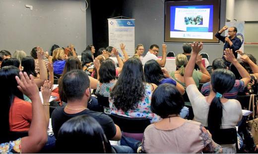 Professor Josiel Gomes destaca a importância da efetivação da democracia na escola, especialmente respeitando a diversidade e fortalecendo o diálogo e a integração entre as pessoas