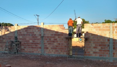 Reeducandos trabalham na construção do muro da unidade