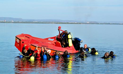 Alunos do curso de mergulho simulam situação de naufrágio da embarcação para prática