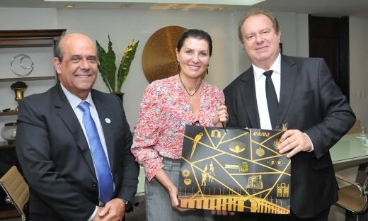 Mauro Carlesse recebeu a presidente da BRK Ambiental, Tereza Vernaglia e o diretor da BRK Tocantins, Thadeu Pinto