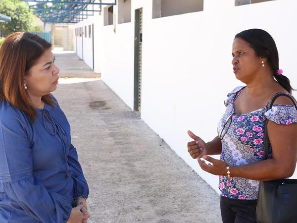 A titular da Seduc, Adriana Aguiar, e a diretora, Maria Ribeiro, conversam na área externa da escola