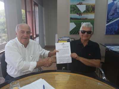 Secretário Ridoval Darci Chiareloto assina contrato para concessão de benefício fiscal ao Laticínio Letícia de Arapoema